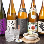 焼酎や日本酒がずらっと揃った雰囲気あるカウンターで板長の調理過程を見ながらゆっくりお食事をお楽しみください。