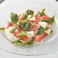 料理メニュー写真北海道のフレッシュモッツァレラのトマトカプレーゼ