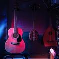 【ギター】演奏でギター使いたいけど荷物が嵩張って持ち込めない方ご安心下さい!当店では演奏スペースにギターを備えているのでスタッフへお声掛け頂ければご利用頂けます☆