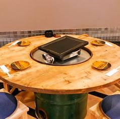 鉄板を囲んでゆったり座れる円卓テーブル席。鉄板料理を楽しみやすいよう造られた空間です!