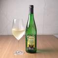 【フロイデ ツェラー シュヴァルツェ・カッツ】「黒猫」のラベルで有名なモーゼル産の白ワイン。果実の持つ自然な甘さとキリッとした酸味が特徴で、フルーティな味わいが多くの人々に愛されています。
