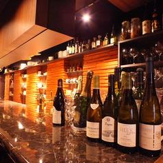 和洋の枠にとどまらない和×フレンチ料理に合うそれぞれの料理に合うワインをカウンターでお楽しいただけます。