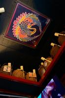 天井にもある不思議な飾りや店内の装飾