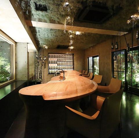 デザイナー設計の森をコンセプトとした落ち着きのある店内。