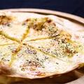料理メニュー写真はちみつとカマンベールチーズのピザ