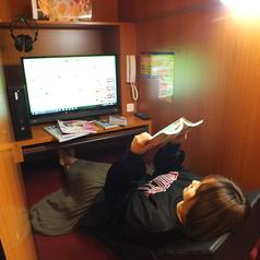 ゆったり寛げる和シート席!フルフラットの個室でネットもゲームもOK!