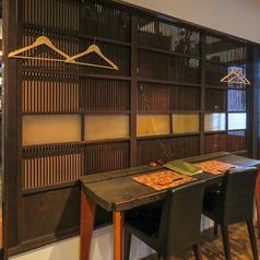 カウンター風の横並びテーブル席。周りが気になりにくい壁際なので、カップルのデートやサシ飲みに最適です。隣同士なら二人の距離も近くなるかも!?