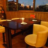 お座り頂く椅子にもこだわりが!デートや女子会に大人気のテーブル席。