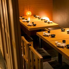 気品さ温もりが絶妙に共存する和の空間で肩ひじ張らずにお寛ぎを。広々とした空間の中で当店こだわりの料理を存分にお楽しみいただくためにお客様のニーズに合わせて様々なお席をご用意致しております。お気軽にお問い合わせ下さい。