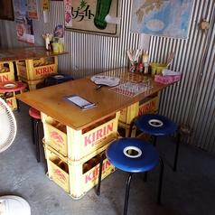 4名様のテーブル席です。※ビールケースに板を乗せた、手作りテーブルです。※移動や椅子を増やすこともできますので、お客様の人数に合わせて、お席をご用意します。