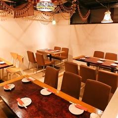 少人数でも楽しめる広々としたテーブル席!アジアンテイストな飾り付けの店内でゆっくり、サックっとごはんをどうぞお楽しみください♪