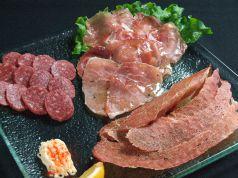 料理メニュー写真お肉3種盛り(生ハム・サラミ・ポークジャーキー)