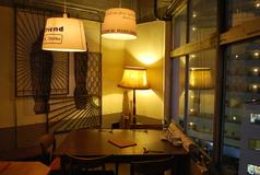 店内いちばん奥のテーブル。窓が大きくとられて開放的な雰囲気。昭和町交差点を見下ろせ、夕暮れ時には美しい夕暮れも◎ 3時から営業している OVER LOOKS BIWA だから、明るいうちの解放感は格別の幸福感がありますね。  ディナータイムはゆったりコース料理を楽しみたい方へ最適♪ ~5名様。