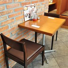 お一人様や少人数でのご利用に最適なテーブル席。
