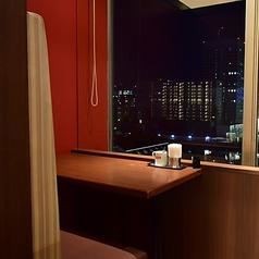落ち着きあるお洒落な雰囲気を演出♪横浜の夜景を眺めながらゆったりお食事を楽しめるソファー席をご用意いたしました!!