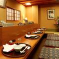 【接待向き個室】1階掘りごたつ個室(4~10名様)1階のお席はふすまのある空間となり、個室としてもお使い頂けます。小さなお子様からお年寄りまで、幅広い年代の方がおくつろぎ頂ける掘りごたつ席です。各種ご宴会や接待、歓送迎会にも最適です。古き良き日本の民家のような雰囲気で、外国人の方からも人気の店内です。