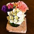 各テーブルに飾られている季節のお花がお料理に彩りを添えます。