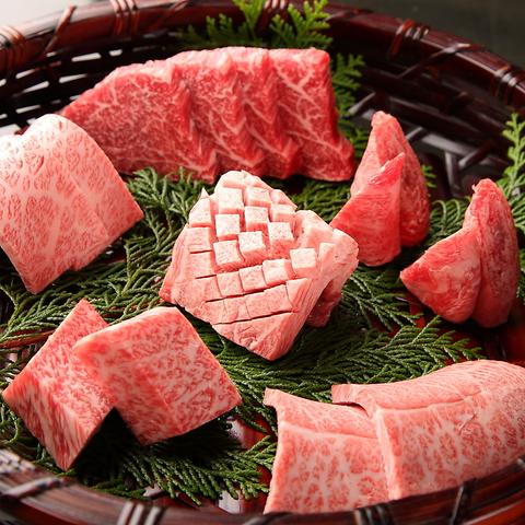 7種の塩で頂くココでしか食べられない焼肉。肉質に合わせた32種から選んだ塩でどうぞ