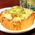 料理メニュー写真ベイクアップの厚切りパンでチーズたっぷりピザトースト