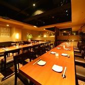 大人数でのご宴会の際は、フロアのテーブルを繋げてご利用いただくことも可能です☆写真は30名様ほどのご宴会のレイアウトですが、かなりゆったりお座りいただけますので、落ち着いたお食事と会話を楽しんでいただけます。