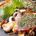 野菜とソバ両方に味付けしてパリッと焼きあげたお好み焼は、特製ソースでお召し上がりください!