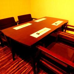 個室空間を感じるテーブル席.