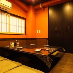 パーテーションで区切られた4~6名用半個室。パーテーションを外すと最大16名様までご利用頂けます。