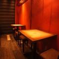 ■1F■~デート・女子会に~カウンターでは職人の焼きとスタッフとの楽しい会話がお楽しみいただけます♪奥には2名様用のテーブル席も!
