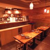 【B1F バーカウンター&テーブル席】バーカウンターはおひとりでも、ご友人同士、カップルでも。一つのお店のように貸切も可能です。22:30以降は朝まで『HARENCHI』として営業するB1F。