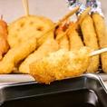 【大阪伝統の味・自慢の串カツ】名物串カツは1本100円から!毎日でも食べられるカリッと軽い衣が自慢です♪一番人気は串カツ豚!その他にも定番から変わり串までなんと30種類以上 ※価格は税抜での表示。 かる~く食べられるから、2軒目にもぴったり!会社帰りのちょい飲みにもおすすめです。