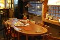 最大12名様が囲める一番大きなテーブル。 植物やアンティークに囲まれる店内の中央で、雰囲気とともにお食事をお楽しみください。 予約がなければ両端に分かれて、3名、3名と相席でご用意。 「隣のお料理、あれはなんですか!!??」 そんな交流も気さくなスタッフさんがナビしてくれます  ~12名様。