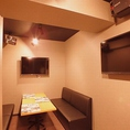 完全防音のカラオケができる個室です。盛り上がってもこちらの部屋なら問題なし!(※飲みすぎはやめましょう笑)最大14名様までは対応できますが、写真は真ん中で仕切ったときの6名様ソファ席となります。