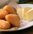 料理メニュー写真生カマンベールとカマンベールチーズフライ