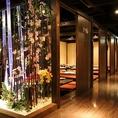 幻想的な空間にずらりと並ぶ完全個室♪お人数様に合わせて変化する自慢の個室たち!何名様でも遠慮なくお申し付けください! 最大収容人数は260名様まで♪ ※系列店との併設店舗です。