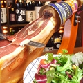 料理メニュー写真世界三大生ハム「ハモンセラーノ」の生ハムシーザーサラダ温玉のせ