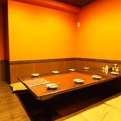 パーテーションで区切られた5名~8名様用半個室。パーテーションを外すと最大16名様までご利用頂けます。