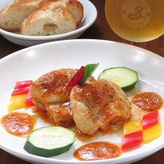 料理メニュー写真森林鶏モモ肉のソテー、トマトソース セージ風味