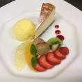 3700円コースのデザートの一例です!こちらはベイクドチーズケーキと季節のシャーベットとフルーツの盛り合わせです。
