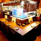 オープンキッチンのカウンター席。水槽にはその日の鮮魚!