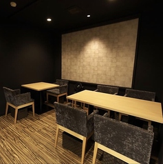 使い勝手の良い2名様用のテーブル席は3卓ご用意。店内は上質で落ち着いた空間となっており、普段遣いから接待・慶事まで、シーンを問わずご利用頂けます◆