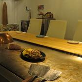 自慢の本格鉄板。美味しい鉄板焼きはここで調理されます。