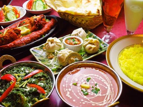 インド人シェフによる本格インド料理が食べられる、フードメニューも豊富。