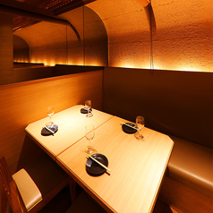 一日一組限定のVIP個室席です。高層ビル7階に位置する当店では、奥の個室に限りまして、東京の夜景を一望できる環境を整えております。JR各線とビル街を眺めることができる唯一の個室になりますので、とても優雅な気分にひたりながら和食と和酒を楽しむ事ができます。大人の宴会におすすめの席です。