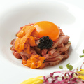 料理メニュー写真雲丹のユッケ風ローストビーフ