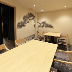【接待や各種ご宴会に◎】大人数でも利用可能なプライベートな個室空間をご用意。2名様~最大8名様までご利用可能なテーブル席は、内装のデザインにもこだわった木の温もりを感じられる和空間。宴会でも接待でも、シーンを問わずご利用頂けます◆