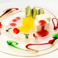 料理メニュー写真マスカルポーネムース ラズベリーソース