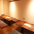 すだれで仕切れる10名様程度の半個室は会社のご宴会にも。