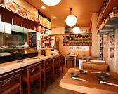 いつもの仲間とワイワイ食べ飲みするならテーブル席♪入り口すぐのところに4名様までテーブル席1卓、奥に5名様までのテーブル席1卓をご用意しています。