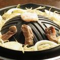 【美味しいジンギスカンの食べ方[4]】お肉をひっくり返し、15~20秒程度数えたらすぐお皿に取り分けて下さい。そのまま鍋に置いておくと、火が通り過ぎて硬くなってしまいます。