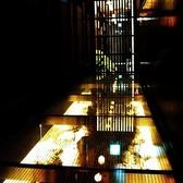 ●幻想的なエントランス!川の流れるガラス張りの通路